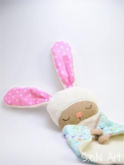 menší zajko spinkáčik (ružové ušká)